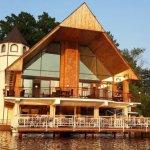 Вид ресторана с озера