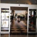 espectacular pasillo que unes los 2 hoteles