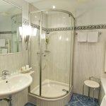 Badezimmer in den Seeblickzimmern und Juniorsuiten