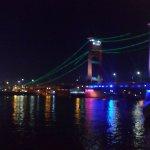 Suasana Jembatan Ampera di malam hari