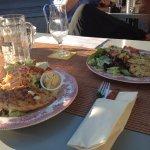 Grilladen (Poulet, Halloumi) mit verschiedenen Salaten