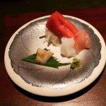 Sashimis de atún, vieira, salmón y calamar.