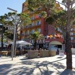 Hôtel vu du trottoir en bord de plage