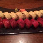 roll envuelto en atún y roll tempura (camarón, queso crema, palta y cebolla caramelizada)