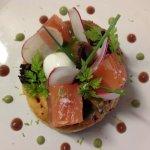 Feuilleté de saumon mariné, caviar d'aubergine et tapenade