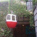 une petite cabine de téléphérique dans la cour extérieure