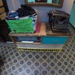 Cesta para doação de roupas na entrada da cozinha compartilhada
