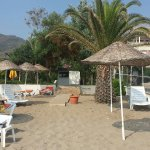 Swimmingpool und Strand und Sonnenuntergang