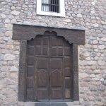 Las gruesas paredes son de piedra y cal. La madera es de algarrobo.
