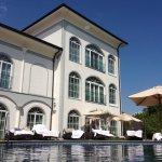 … der Blick vom Pool auf den Wellnessbereich (EG), und die beiden schönsten Suiten des Hotels im