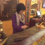 Девушка прекрасно играла на иранском инструменте с незапоминающимся названием!)