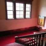 館内。赤のカーペットが印象的。