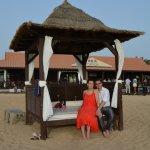 petite surprise de l'hôtel un lit BALI sur la plage avec qq douceurs pour voir le couché de sole