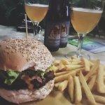 Hamburger bbq con una blanche di accompagnamento.