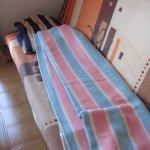 Op de doorgezakte slaapbank kon je alleen op dekens zitten.