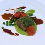Filet d'Agneau Pané, petits pois cuits en deux façons, tomates confites, jus d'agneau corsé