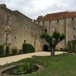 Vue d'ensemble du Château avec la tour médiévale et l'aile renaissance à gauche