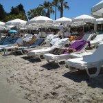 matelas et parasols pieds dans dans l'eau