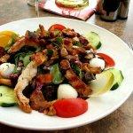 Salatteller mit frischen Pfifferlingen