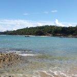 lado esquerdo da praia com maré baixa