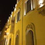 Das Hotel von aussen bei Nacht