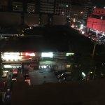 リトル東京(夜)カラオケのネオンが呼んでいます。