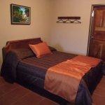 La habitación doble cuenta con 2 camas. Esta es una de ellas.