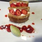 Mille-feuille aux fraises, mousse vanille légère et sorbet à la pomme-menthe