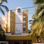 FRENTE DEL HOTEL, al fondo la playa. Hotel chico pero confortable
