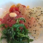 Thunfischtatar an Sesamknusper und bunten Tomaten