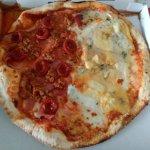 Pizza mitad carnívora, mitad 4+3 (7 quesos). Espectacular!!