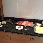 Fleisch und Käse am Frühstücksbuffet
