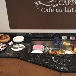 Kuchen, Früchte und Säfte am Frühstücksbuffet
