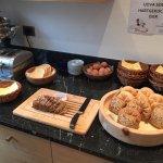Diverse Brotsorten und Eier am Frühstücksbuffet