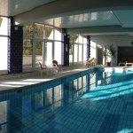 piscine intérieure avec terrasse