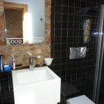 El baño, moderno y funcional, agradablemente decorado.