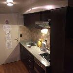 Cocina completa con anafe, horno y juego de loza y cubiertos.
