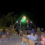 Fiesta en otra playa a la noche, nos llevaban y traian desde el hotel