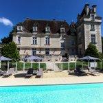 La piscine chauffée avec vu sur le Chateau