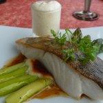 poisson sur lit d'asperge, mousse de chou-fleur (un délice)