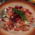 Чудесный десерт! Блинчики с творожной начинкой с бланшированными ягодами.