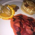 Vorspeise: überbackener Ziegenkäse mit Honig und warmen Erdbeeren