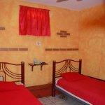 Habitación doble con baño privado y ventilador