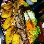 Prato de peixe vermelho assado com salada e batatas