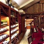 Vista do interior da Enoteca, ressaltando os vinhos a esquerda.
