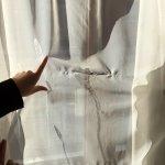 rideaux sales et déchirés