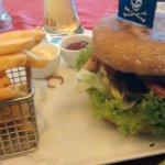 """Galloway-Burger"""" aus Biofleisch 230g Galloway-Burger mit Helgoländer Barbecue Soße, knackigem Sa"""