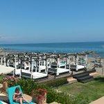 Vanaf terras prachtig uitzicht op strand en zwembad