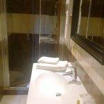 salle de bain de la chambre standard numero 14