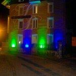 l'hotel des Bains, de nuit avec ses lumieres vertes et bleu